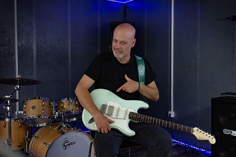 Dave Crum shows Vega-Trem bridge in his guitar