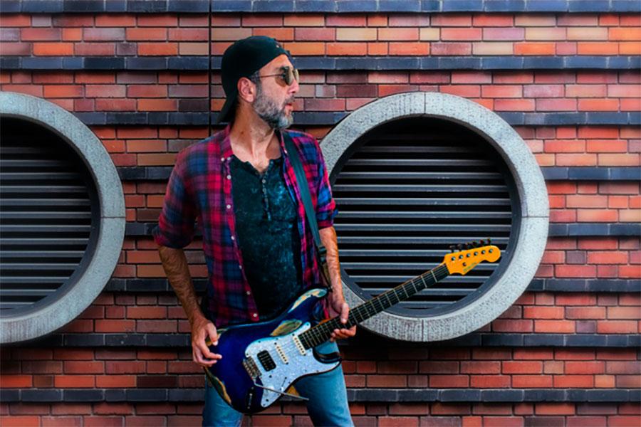 Moi López con VegaTrem en su guitarra